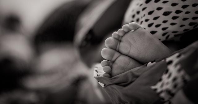 baby-feet-bw