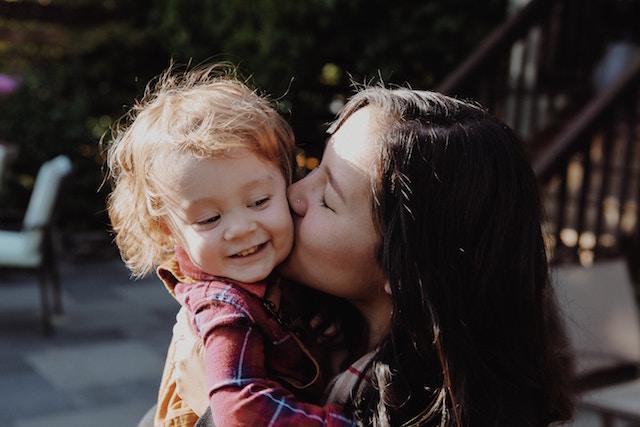 baby-kiss-423024